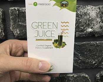 Мужчина демонстрирует упаковку Green Juice